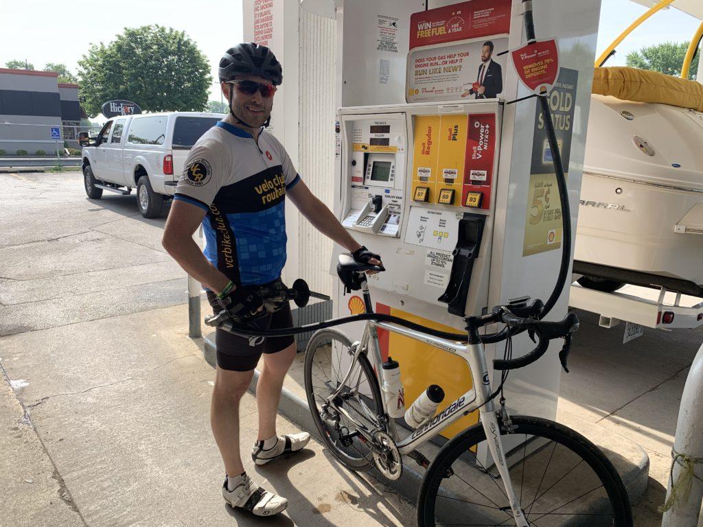 Velo Club Roubaix - Ronny refueling